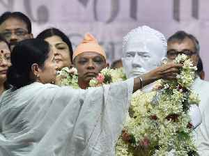 Mamata unveils new Vidyasagar bust, jabs Centre amid fresh TMC-BJP clashes [Video]