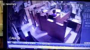 Cheeky thief sneaks up on bank employee and steals cash [Video]