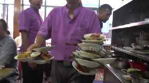 Talented waiter carries 17 food-filled plates at once in an Indonesian restaurant [Video]