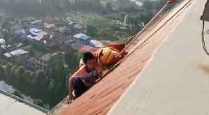 Firefighters Rescue Schoolboy From Roof of 28-Story Building in Southern China [Video]