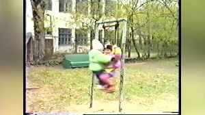 Siblings playing on swing fail! [Video]
