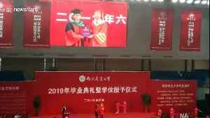 Nervous graduate forgets to take diploma after having picture with university president in China [Video]
