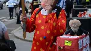 Clown dressed as Boris Johnson offers 'build-a-bus' workshop in London [Video]