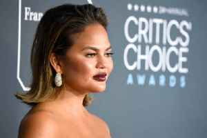 Chrissy Teigen's sensitive skin [Video]