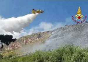Firefighters in Sicily Call in Water Bombers to Tackle Vegetation Fire [Video]