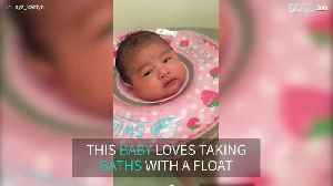 Baby loves taking bath with a float [Video]