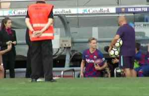 Twenty thousand Barca fans turn out to greet new signing De Jong [Video]