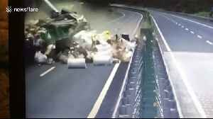 Loaded goods scatter across Chinese motorway after huge truck collision [Video]