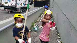 New York family take to the streets to clean up garbage [Video]