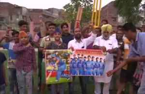 Fans burn posters as India fail to reach cricket World Cup final [Video]