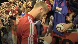Manchester United players meet fans after training on Australian tour [Video]