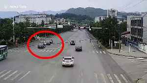 Angry woman climbs onto car roof on Chinese highway after 'arguing with husband' [Video]