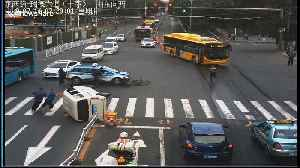 Heroic taxi driver rescues four people trapped in minibus after crash in China's Lanzhou [Video]