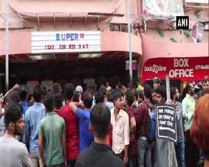 News video: Hrithik Roshan visits cinema hall to see moviegoers reaction over Super 30