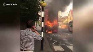 News video: London bus in engulfed in flames in East Sheen