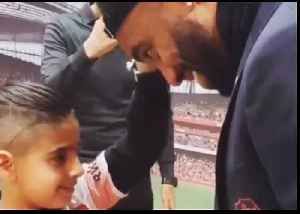 Arsenal's Alexandre Lacazette Lets Young Blind Fan Feel His Face at Emirates Stadium [Video]