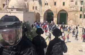 Palestinians and Israeli police clash at Jerusalem holy site [Video]