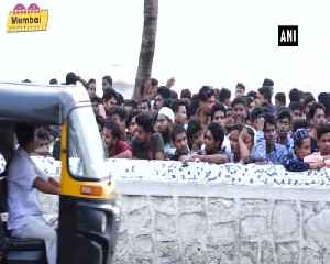 News video: SRK greets his fans outside Mannat on occasion of Eid ul Adha