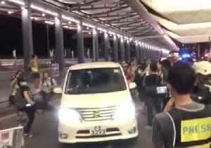 Hong Kong Airport Demonstrators Impede Police Vans, Clash With Officers in Riot Gear [Video]