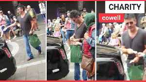 Simon Cowell gives £20 to street beggar [Video]