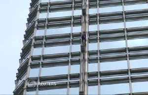 French 'Spiderman' hangs peace banner in Hong Kong [Video]