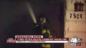 3 people, cat escape house fire on Ward Parkway [Video]