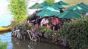 Pub-goers stranded in beer garden by tidal flooding in west London [Video]