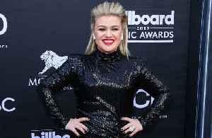 News video: Kelly Clarkson wasn't taking sides in Taylor Swift feud