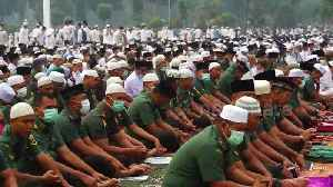 News video: Hundreds of Muslims in Sumatra pray for rain to end forest fire haze crisis