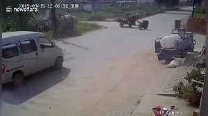 Minibus in China smashes into tractor, narrowly avoiding the driver [Video]