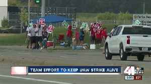 UAW members battle heat, other issues during strike [Video]