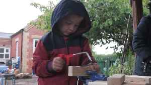 School lets 4yo pupils play with hammers and saws [Video]