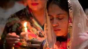 California Community Holds Candlelight Vigil for Fallen Texas Deputy [Video]