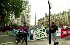 London wakes up to another day of climate rebellion [Video]