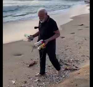 News video: India Prime Minister Narendra Modi helps clear beach of rubbish