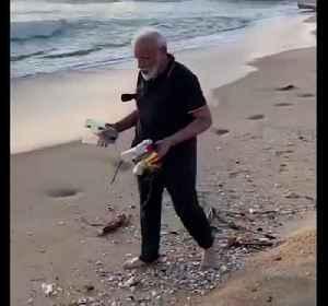 India Prime Minister Narendra Modi helps clear beach of rubbish [Video]