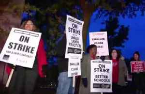 Striking Chicago teachers picket as contract talks gear up [Video]