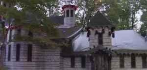 North Carolina man decorates home [Video]