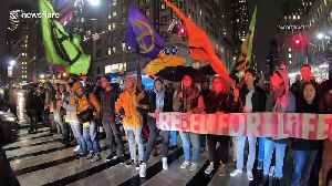 NYC college students block Manhattan traffic to protest climate change [Video]