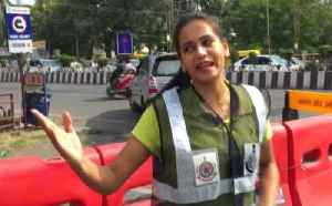 MBA Student manages traffic with her dance moves in Indore | OneIndia News [Video]