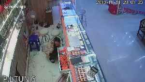 Moment robber hurls brick at display cabinet and steals 25k of gold jewellery in Thailand [Video]