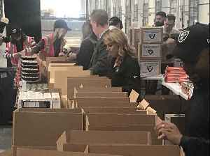 Raiders alumni pack Thanksgiving food boxes for Las Vegas charities [Video]