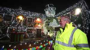 Britain's most festive pub transformed into The Gingerbread Inn with 60,000 lights [Video]