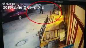 Three-year-old climbs out of duffel bag after father leaves him outside shop in China [Video]
