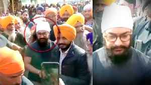 News video: Aamir Khan MOBBED By Fans At Golden Temple Amritsar | Laal Singh Chaddha