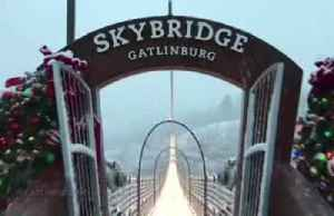 Snow and lights create Christmas mood at U.S. Gatlinburg SkyBridge [Video]