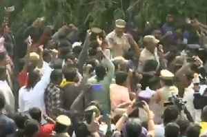 Hyderabad Case : People celebrate and cheer for Telangana Police at encounter site [Video]