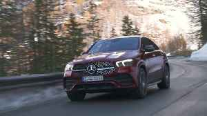News video: Mercedes-Benz GLE 400 d 4MATIC Coupé in Hyacinth red Driving Video