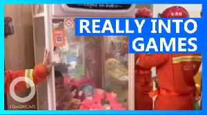 Chinese kid gets stuck in claw machine trying to get prize [Video]