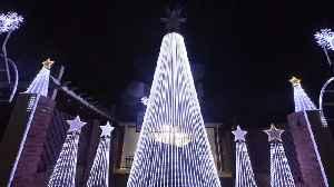 Mechanic creates incredible Christmas light display [Video]
